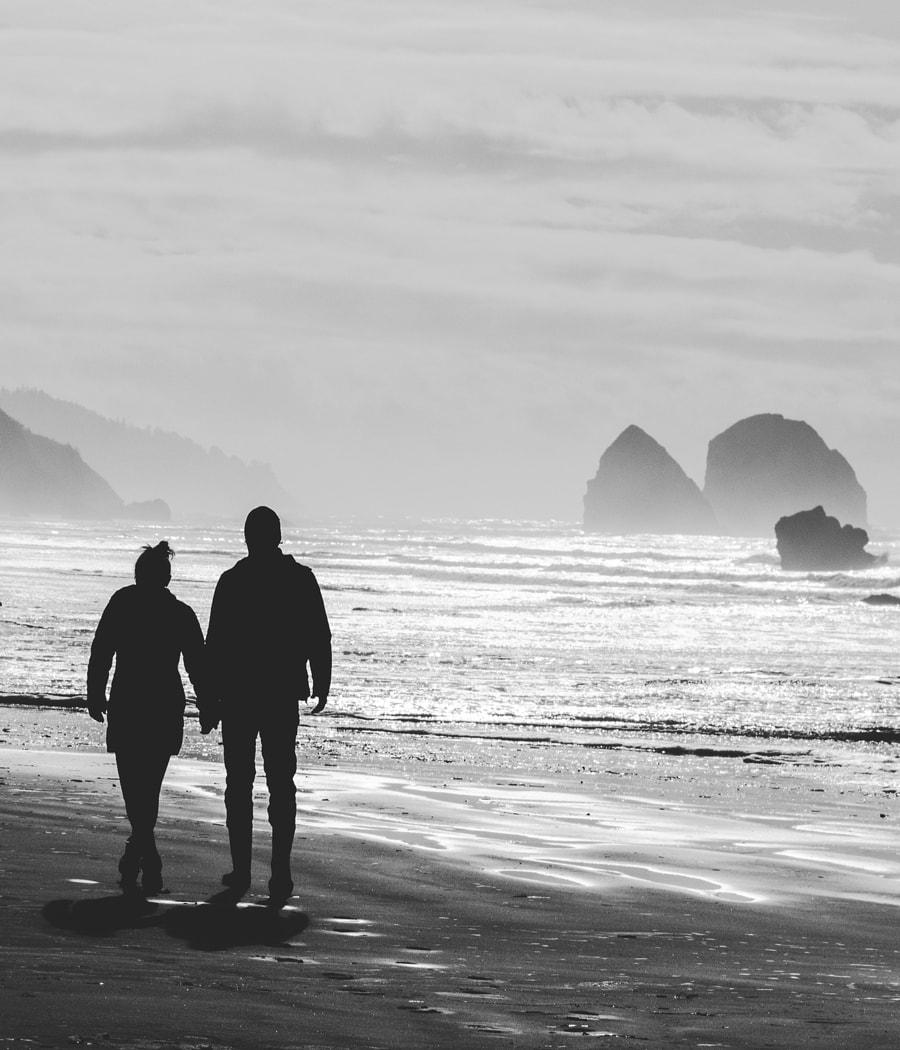 Paar geht Hand in Hand am Strand